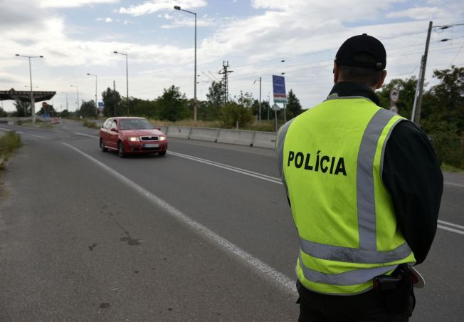 HAR INNFØRT KONTROLL: En slovakisk politimann på grensen mellom Rajka (Ungarn) og Cunovo (Slovakia) mandag.