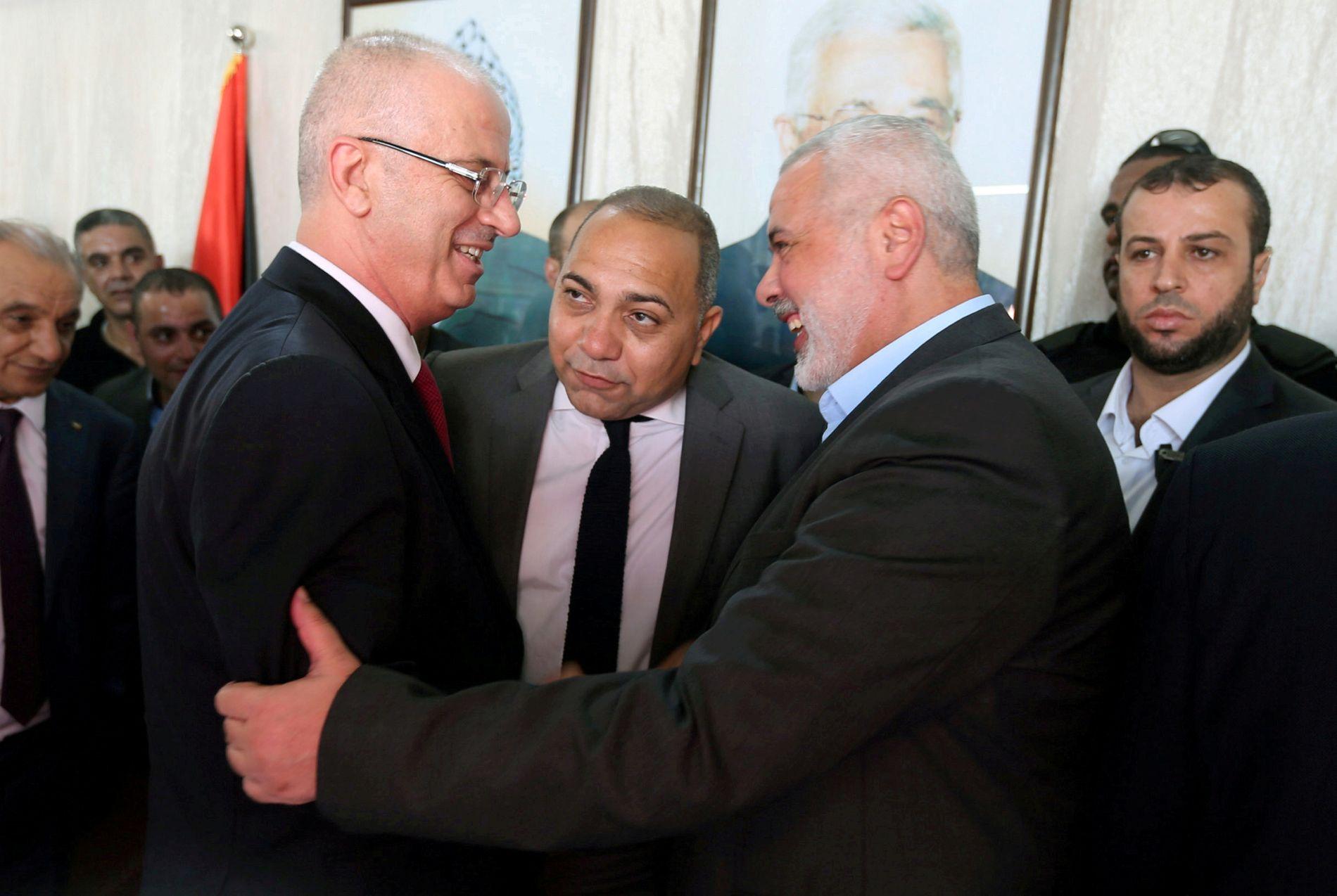 NY AVTALE: Palestinernes statsminister Rami Hamdallah (til høyre) sammen med Hamas-leder Ismail Haniyeh i Gaza i begynnelsen av oktober. Foto: Reuters