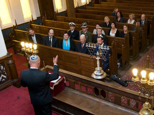 IDENTITET: – Hvordan kan man bli trygg i sin identitet? Hvordan blir man trygg i det hele tatt, spør Ervin Kohn i denne kronikken. Bildet viser Kong Harald og kronprins Haakon på besøk i synagogen i Oslo i 2009.