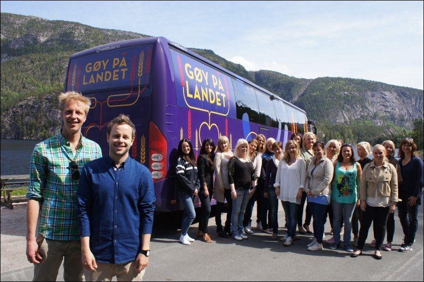 PROGRAMLEDERNE: Fridtjof Nilsen (t.v.) og Alexander Nyhagen tar med seg 25 jenter på tur på landet. Foto: TVNorge