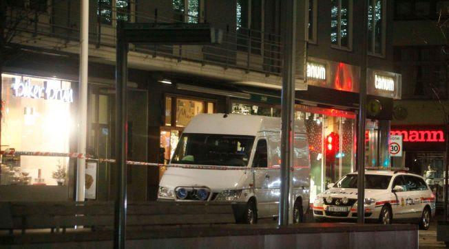 VOLDTATT PÅ JOBB: Politiet arbeidet med å sikre spor på åstedet utover kvelden etter at en tenåringsjente ble voldtatt under et kioskran søndag.