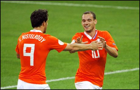 SKADET: Wesley Sneijder (t.h.), her avbildet sammen med Ruud van Nisteelroy i en kamp i fjor. Foto: AFP