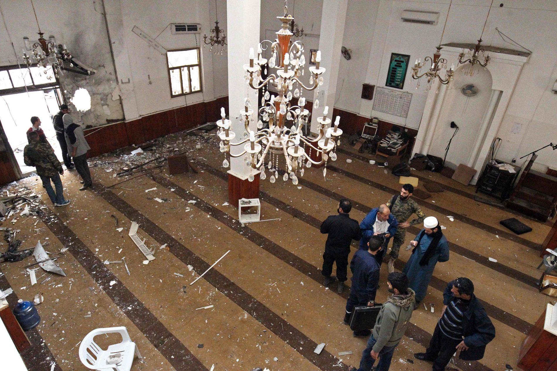MATERIELLE SKADER: Slik så det ut på innsiden av moskeen etter at den ble rammet av et dobbelt bombeangrep fredag.
