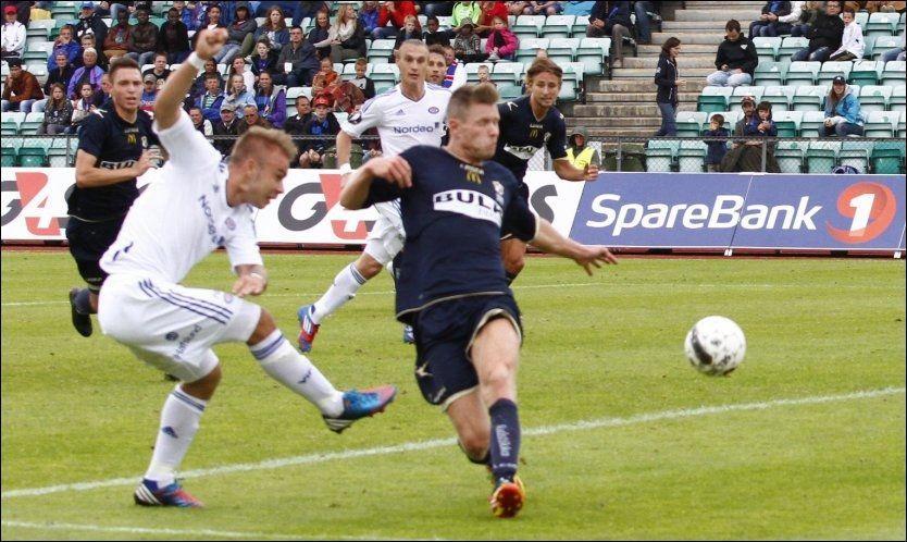 SCORET TO: Her scorer Marcus Pedersen sitt andre mål i Vålerengas 3-1-seier mot Stabæk. Foto: Audun Braastad, NTB scanpix