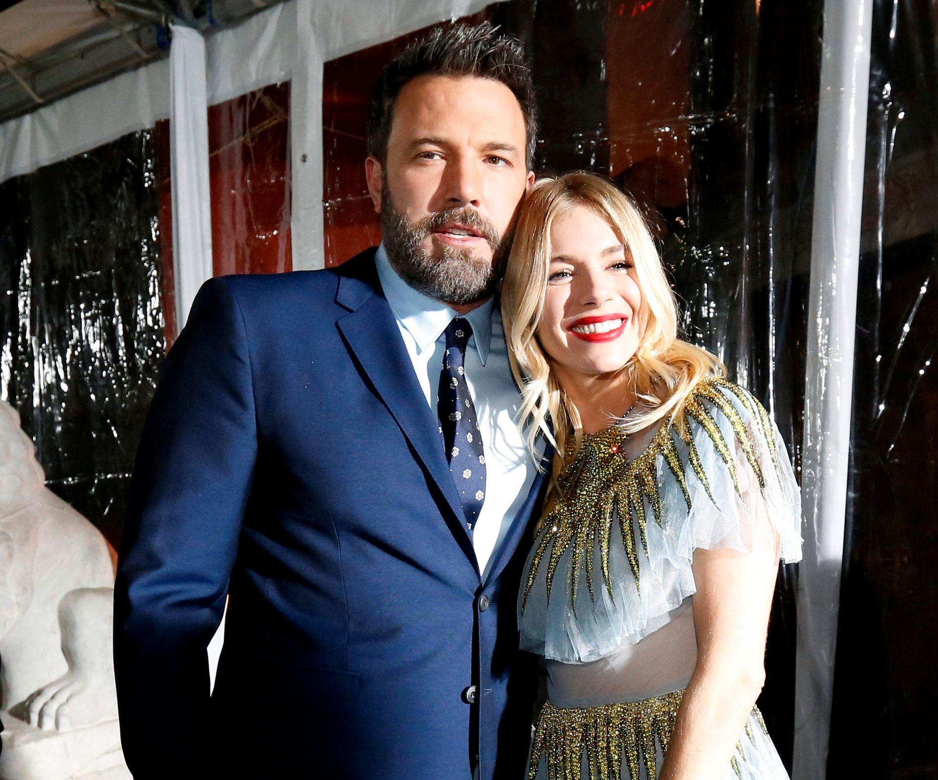 FILMAKTUELLE: Ben Affleck og Sienna Miller på «Live By Night»-premiere i Los Angeles mandag.