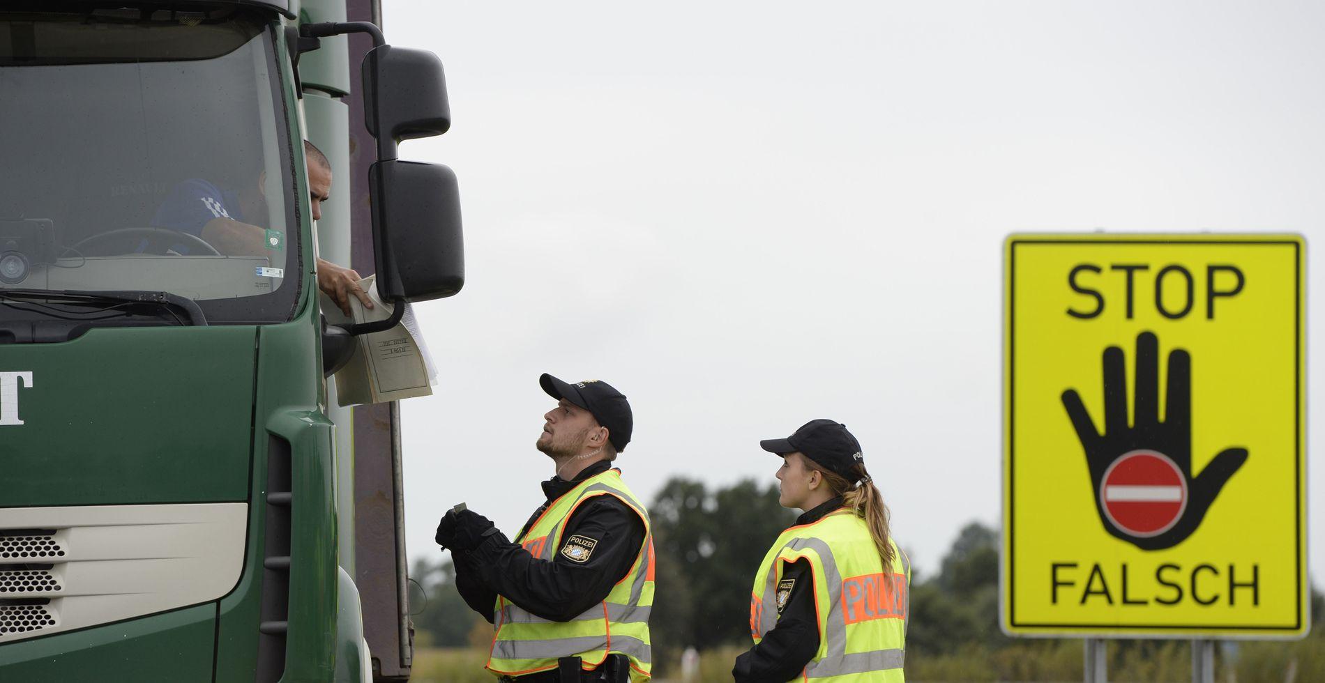 «STOPP»: Asylankomstene neste år påvirkes av om grensekontrollene i Schengen forlenges. Tysk politi utfører her ID-kontroll ved Passau ved grensen til Østerrike da kontrollene startet i fjor.