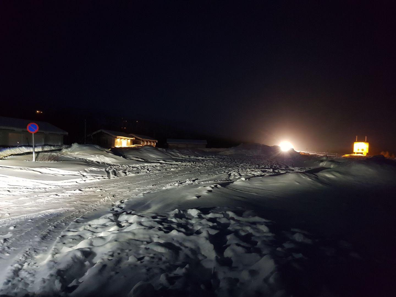 ØDE OG ISKALDT: Åshild Bruun-Gundersen (Frp) tok dette bildet mandag denne uken, da flere helsepolitikere besøkte Skaidi i Finnmark der ambulansene omlaster alvorlig syke pasienter.