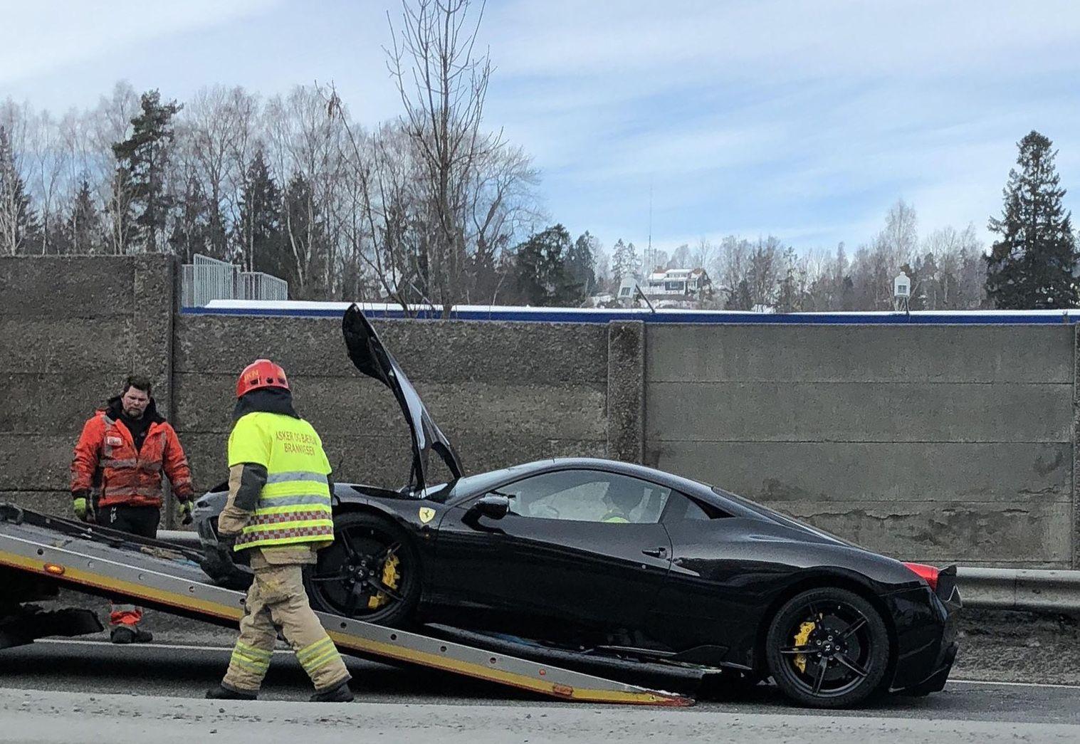 BERGET: Etter at Ferrarien hadde truffet autovernet og snurret rundt i cirka 100 meter, måtte den «kjøre videre» på en planvogn.