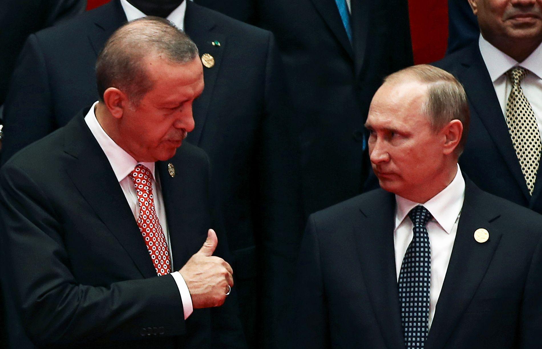 AVTALE: Tyrkias president Recep Tayyip Erdogan viser «tommel opp» til Russlands president Vladimir Putin under G20 møtet i Kina i begynnelsen av september.