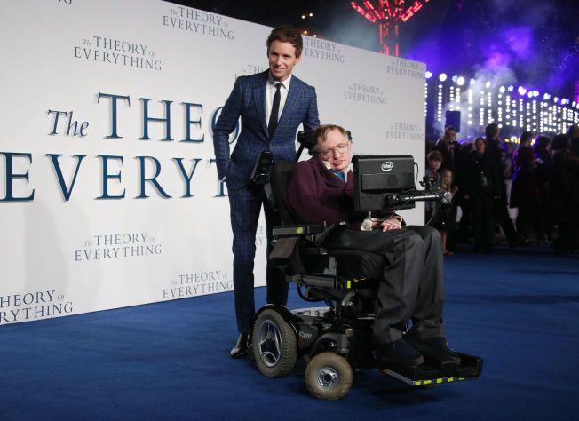 OSCARVINNEREN OG ROLLEMODELLEN: Eddie Redmayne og professor Stephen Hawking under London-premieren på The Theory of Everything i desember ifjor. Natt til mandag fikk Redmayne Oscar for beste mannlige hovedrolle for sin tolkning av Stephen Hawking.