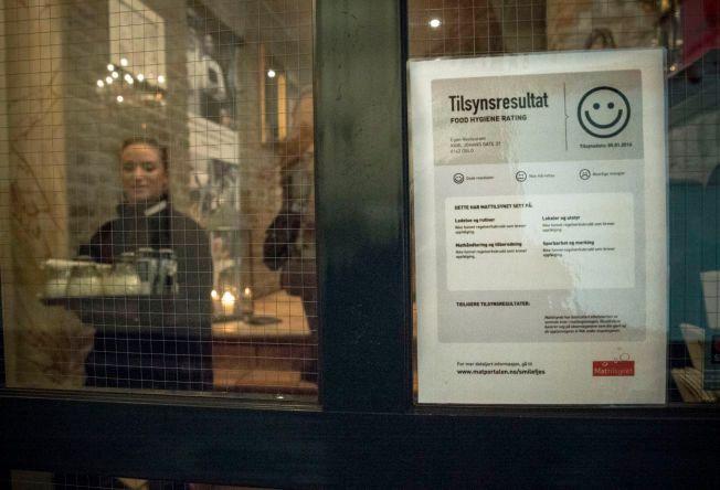 SMIL: Her er plakaten som ble hengt opp på døren til Egon Karl Johan i Oslo og som forteller at Mattilsynet ikke fant brudd på hverken hygiene eller renhold.