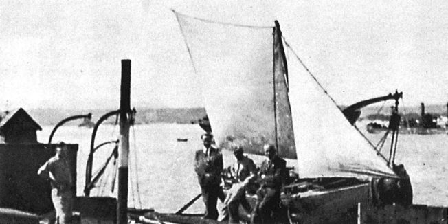 VEL FREMME: I denne provisoriske seilduksbåten reddet seks norske sjøfolk seg fra Marokko til Gibraltar våren 1942. Bildet er tatt vel fremme i Gibraltar.
