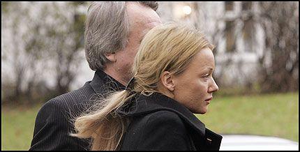 KKE ARVING: Kajsa Lundgaard, Svein Erik Bakkes samboer, har ikke skrevet samboerkontrakt med Bakke og er heller ikke tilgodesett i testamentet. Her i Bakkes begravelse. Foto: Scanpix