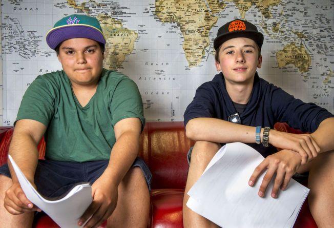 KAN STÅ UTENFOR: Matheo (t.h) og Leo mener barn med dårlig råd står i fare for å komme utenfor, hvis det fortsetter å koste for skolematen.