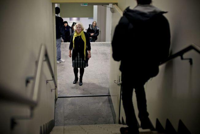 OPPLEVER KARAKTERPRESS: Leder i lektorlaget Gro Elisabeth Paulsen blant elever på en videregående skole i Oslo.