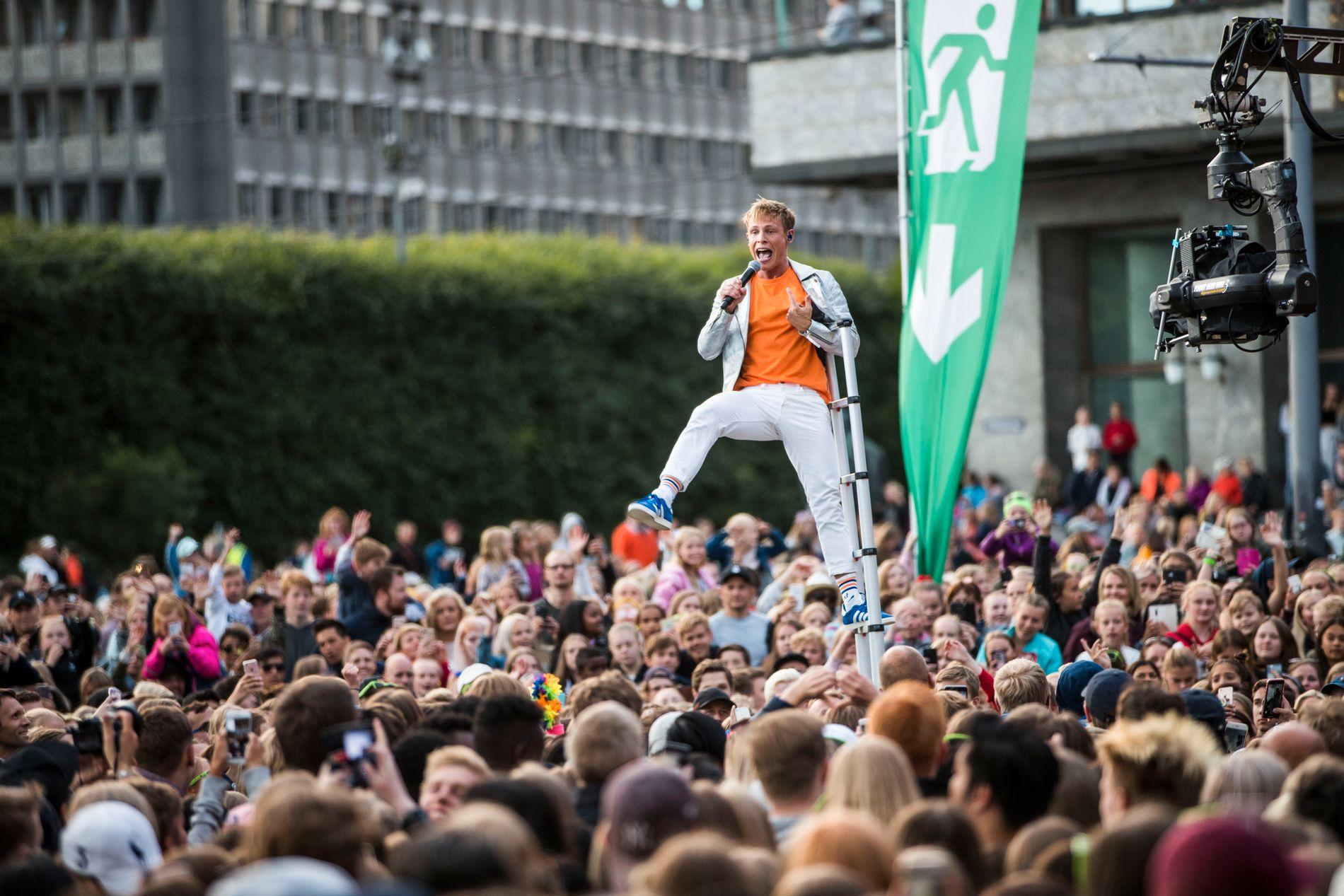 STIGE-STUNT: Sondre Justad i stigen under VG-lista-konserten på Rådhusplassen i Oslo i juni. Under en festivalopptreden på Giske lørdag, endte stige-stuntet i en Justad full av blåmerker.