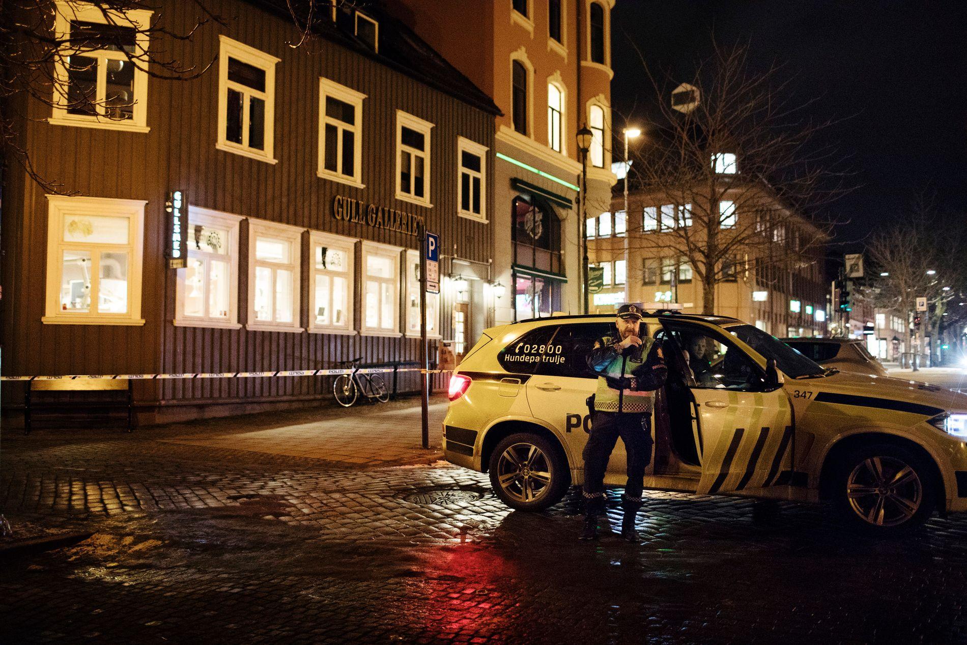RANET: Politiet holder vakt utenfor Gullgaleriet i Munkegata som ble ranet mandag.