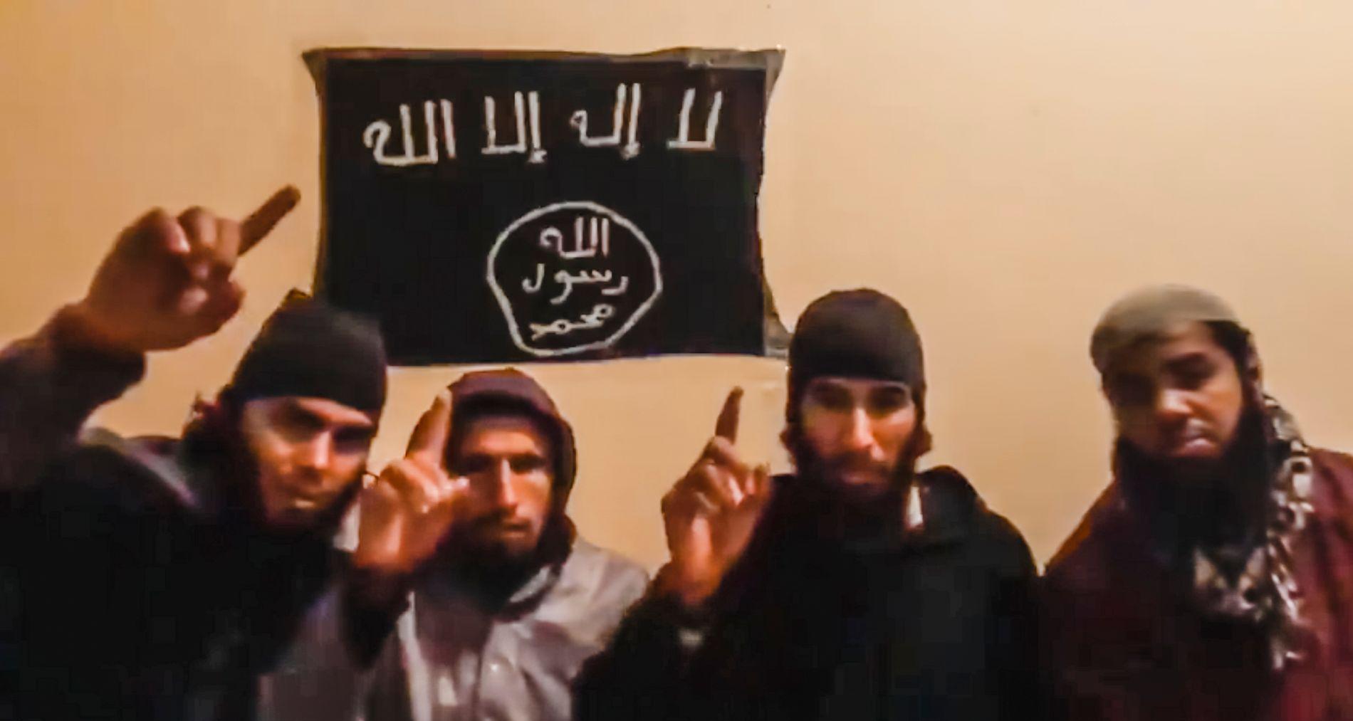 SVERGER TROSKAP: På denne videoen sverger de tre mennene som er identifisert troskap til IS. Mannen til høyre i bildet, antas å være mannen som ble pågrepet mandag. Han er ikke navngitt.