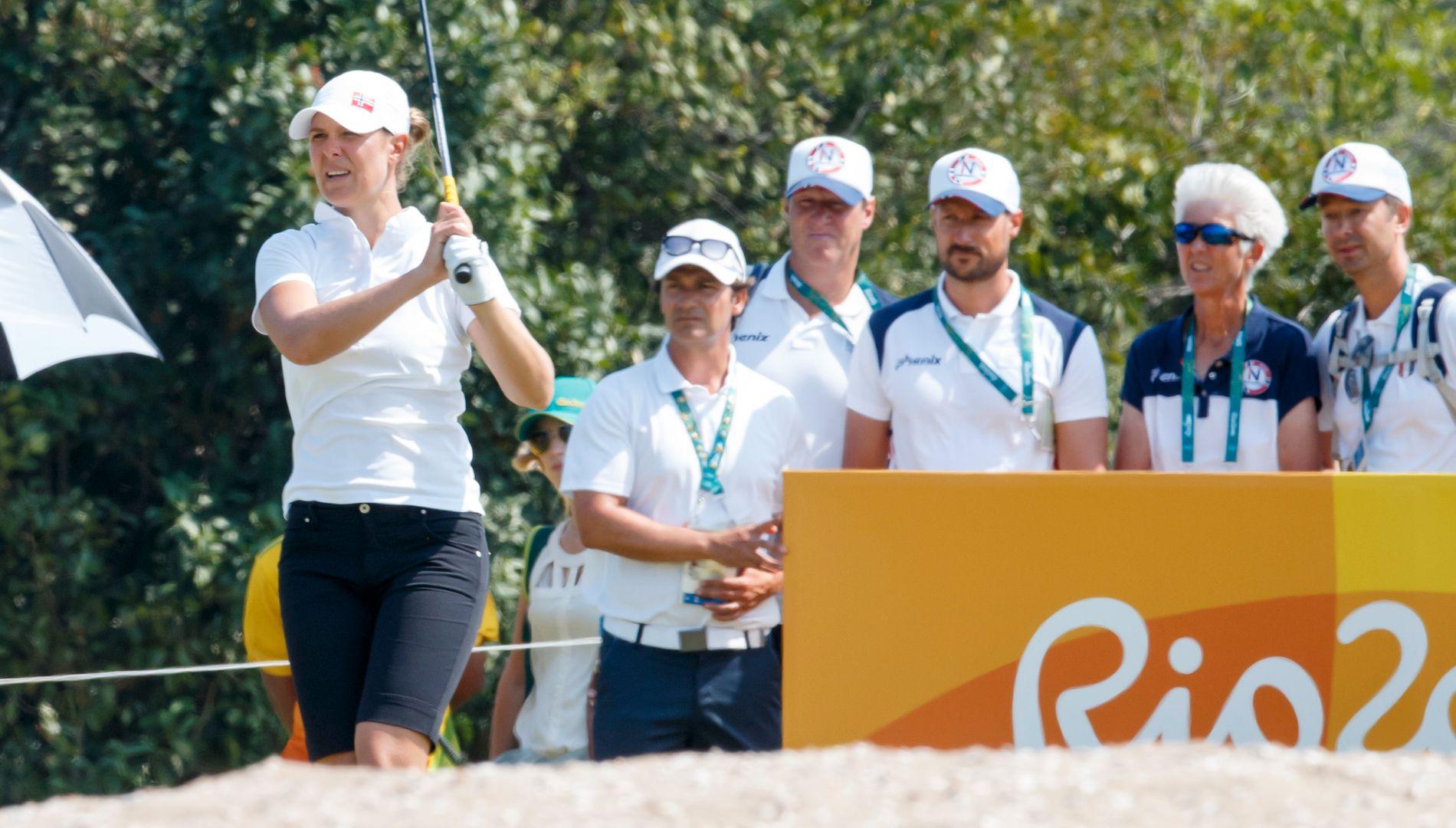 KONGELIG STØTTE: Kronprins Haakon (nummer tre fra venstre) følger utslaget til Marianne Skarpnord under kvinnenes tredje runde i Rio.