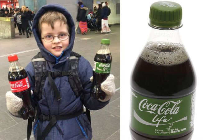 LOKKER BARN: Når man kjøper en Coca-Cola Life, får man med en valgfri Coca-Cola med på kjøpet. Forbrukerrådet fikk Martin (8) til å sjekke - og han fikk også gratis Coca-Cola. Brusprodusenten presiserer at man også kan velge sukkerfri brus i denne kampanjen (som nå er avsluttet).