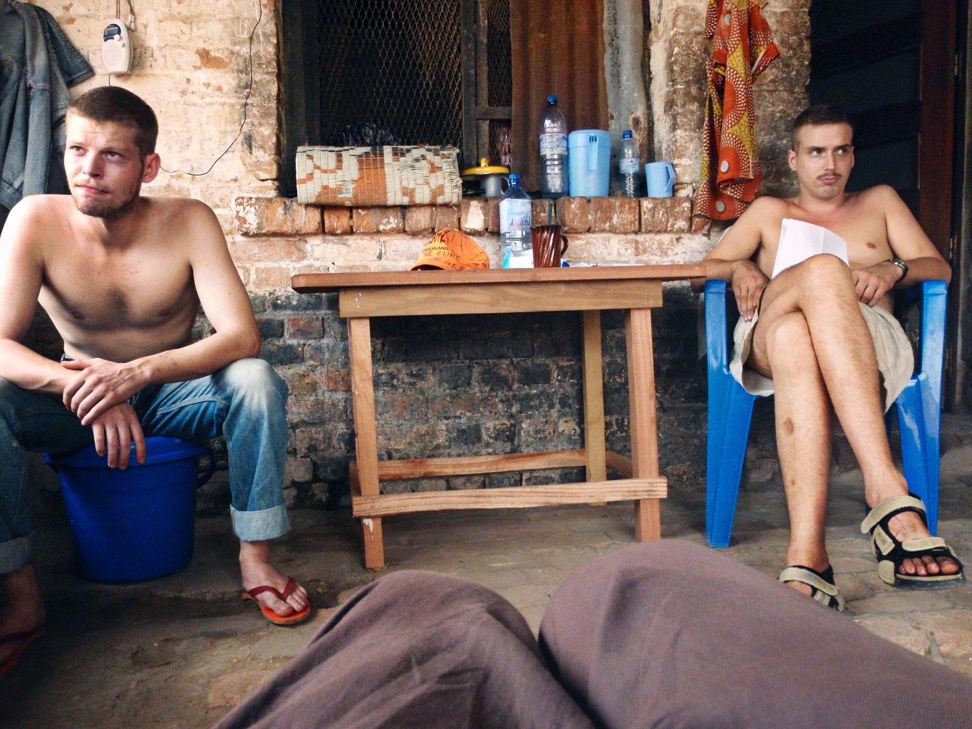 BAK MURENE: Joshua French og Tjostolv Moland i fengselet i Kisangani i desember 2009.