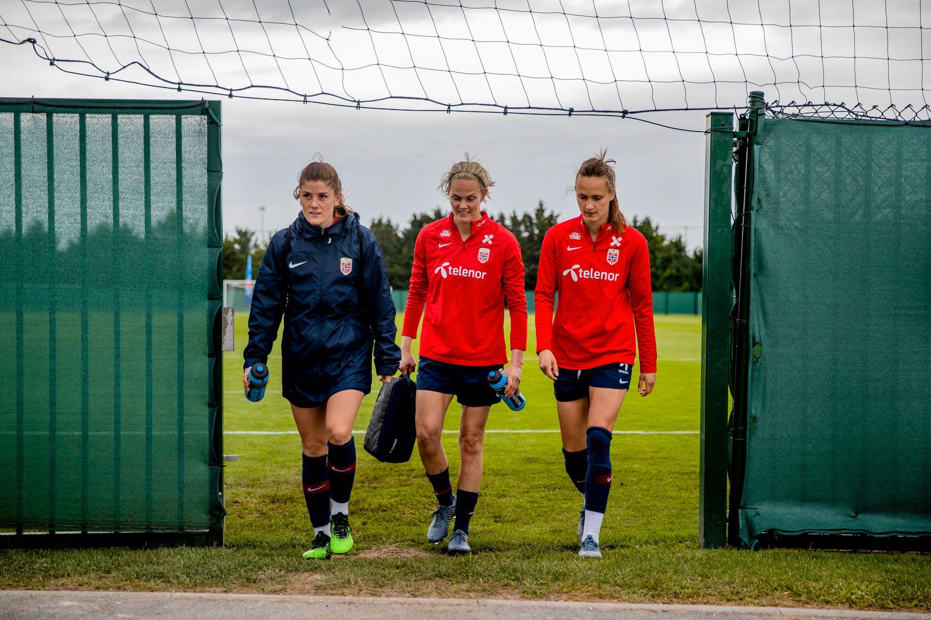 TRE VETERANER – 343 LANDSKAMPER: Ingrid Hjelmseth rusler av treningsfeltet i Reims sammen med Maren Mjelde (t.v.) og Caroline Graham Hansen (t.h.).