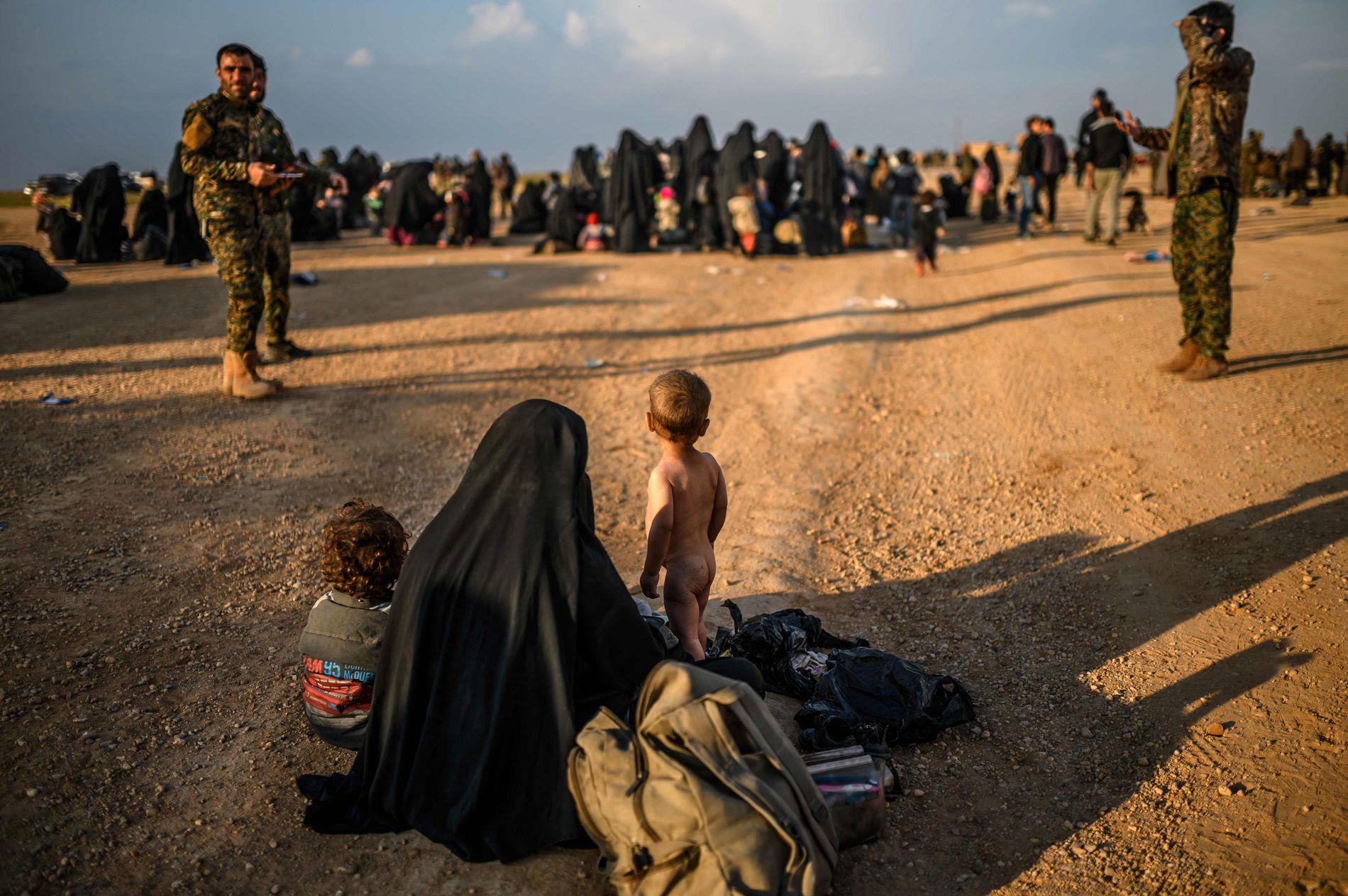 HVA SKAL SKJE MED BARNA: Her blir kvinner og barn fra de siste IS-kontrollerte områdene sikkerhetskontrollert av kurdiske soldater. Den kurdiskdominerte SDF-militsen har innstendig bedt europeiske land om å hente tilbake sine statsborgere.