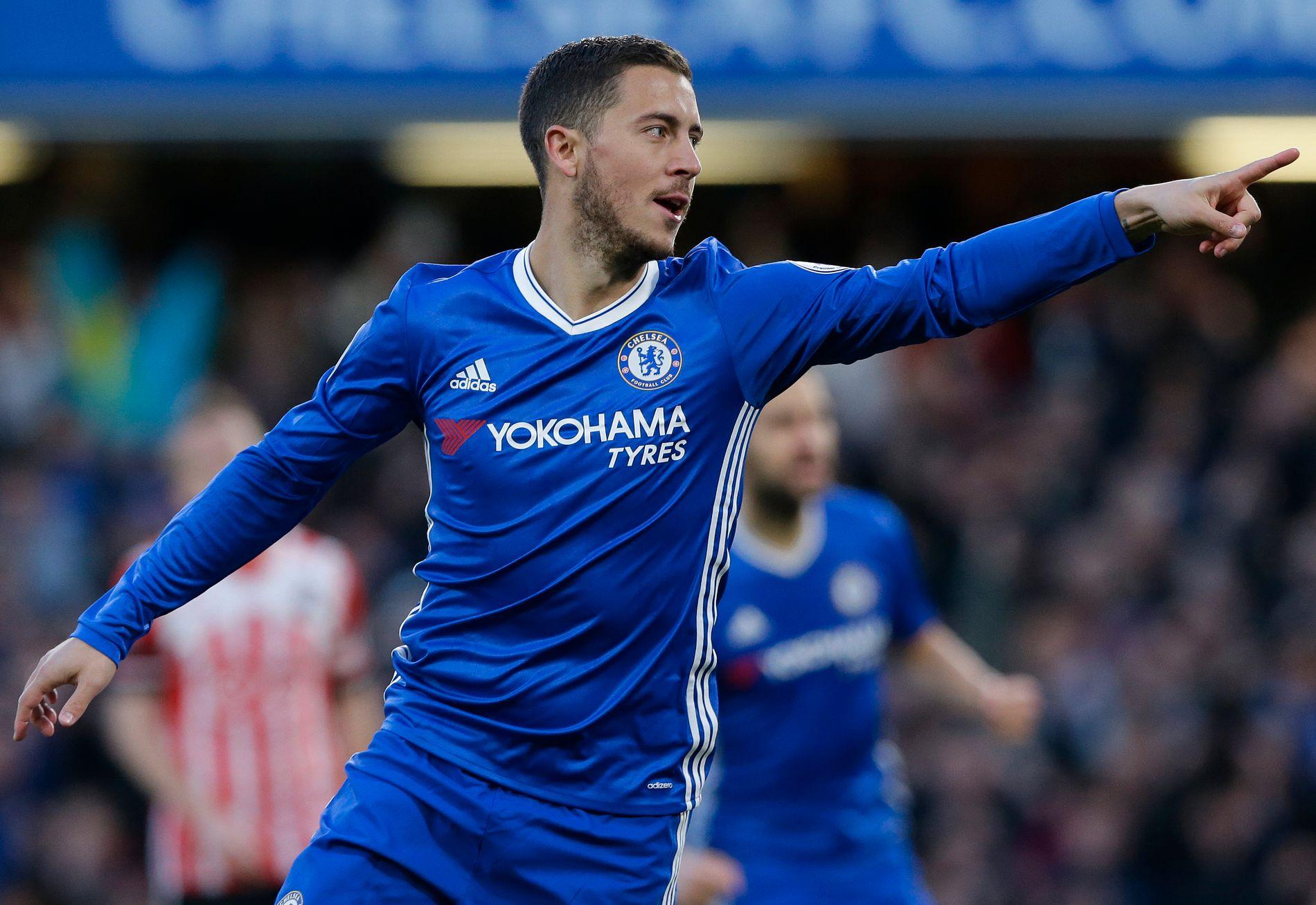 1-0: Eden Hazard har sendt Chelsea i ledelsen, og peker på pasningsleggeren, Diego Costa. Foto: AP