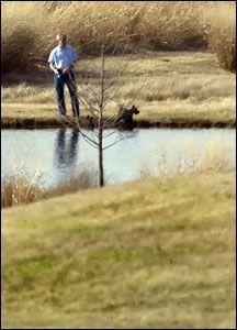 FISKER: George W. Bush kan slappe av med fisking på sin ranch i Texas. Foto: AFP