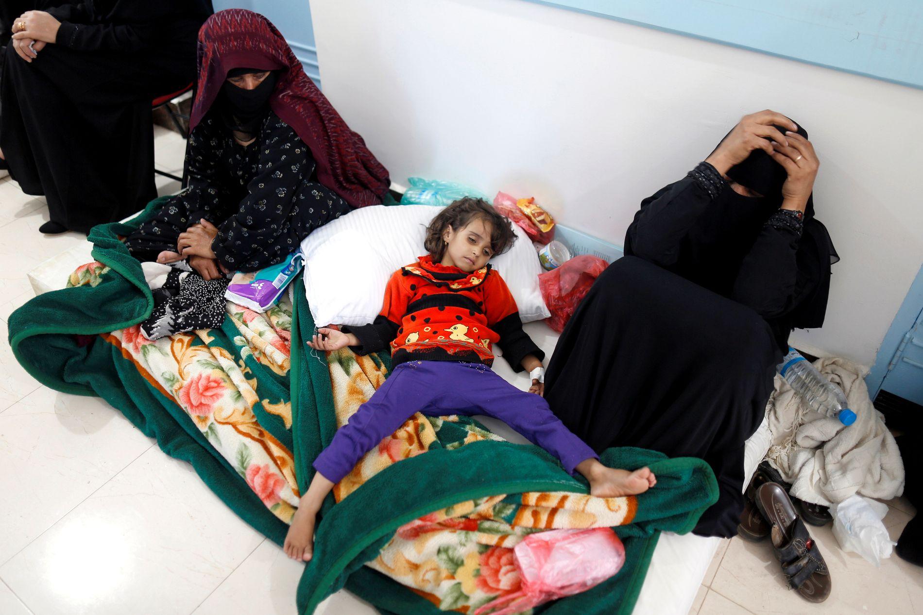 HAR KOLERA: En jente med kolera ligger på gulvet på et sykehus i Sanaa i Jemen. Bildet er tatt 7. mai 2017.