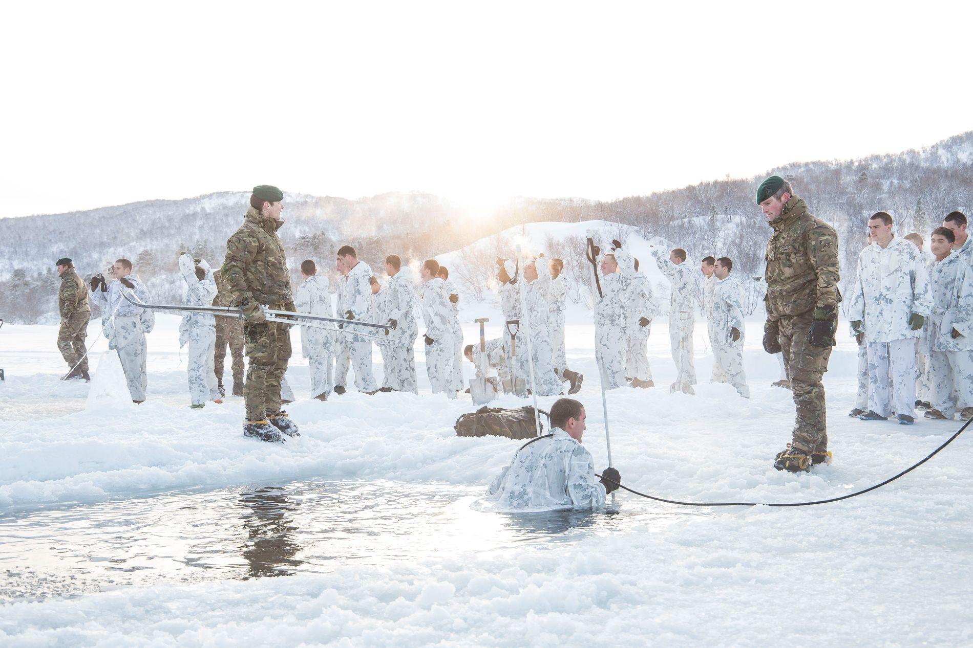 DRILL: Personell fra US Marines  trener på å redde seg selv opp fra isvann. I høst skal marineinfanterister trene i Brigadens hjemmeområde i Indre Troms mens Brigaden er på NATO-øvelse i sør-Norge.