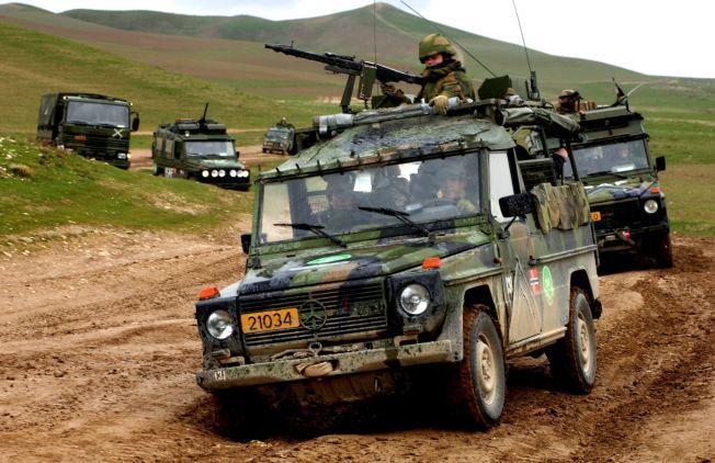 KVINNELIG SOLDAT:  Solbjørg (oppreist i terrengbilen med maskingevær)tjenstegjorde som soldat i Telemark Bataljon i Mazare-e-Sharif i 2006.