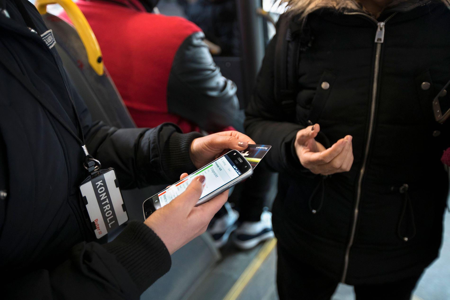 KONTROLL: Mange opplever billettkontroller som ubehagelige, og blir du tatt uten billett må du ut med store summer.