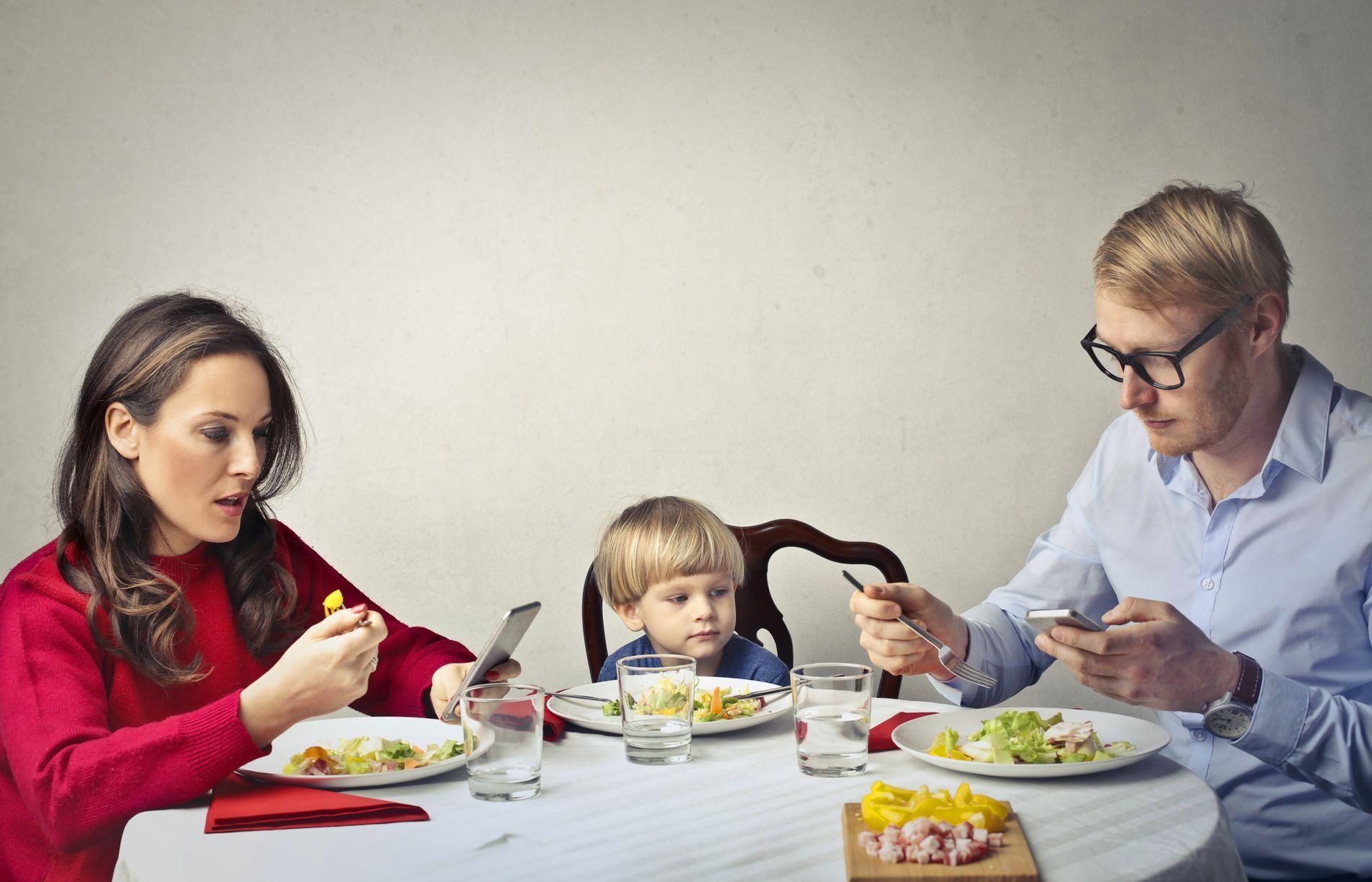 MOBILTIDEN: Barn og voksne krangler om skjermtid i de fleste norske familier. I denne kronikken kommer Røvik og Bjørndal med råd til hvordan man kan begrense skjermbruken.