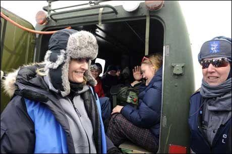 PAUSE: Kronprinsesse Mette-Marit tok seg tid til å snakke med mange av redningsmannskapene som deltok i Øvelse Vikafjellet Foto: Scanpix