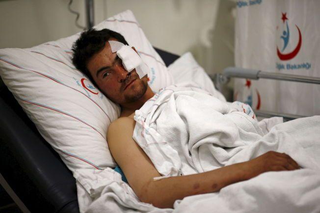 SKADET I LUFTANGREP: Kasim Genco (21) ble skadet i luftangrepene mot landsbyer i Syria nær grensen toil Tyrkia. Her fra sykehuset i Kilis i Tyrkia. Foto:REUTERS/Osman Orsal