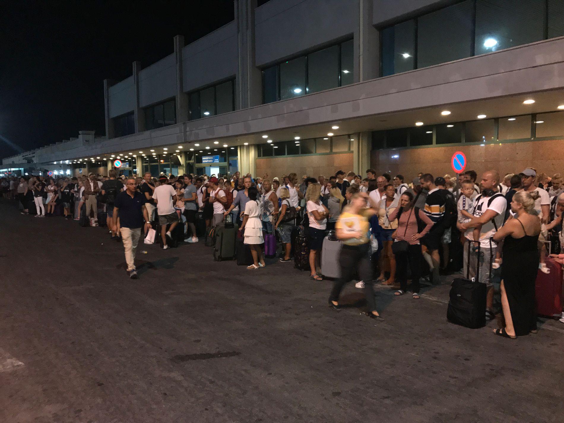KØER: Også utenfor flyplassen dannet det seg lange køer av folk som ventet.