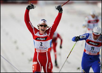 SÅ GLAD: Astrid Jacobsen knuste Petra Majdic og Virpi Kuitunen på oppløpet. Her skjønner hun at gullet er i boks. Foto: Erlend Aas / Scanpix