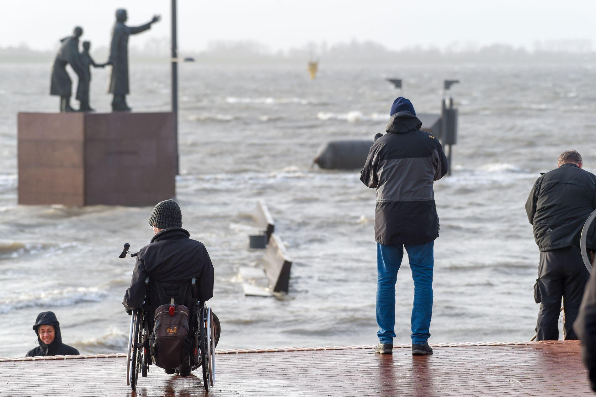 VILLERE: Varmere hav fører med seg villere vær, ifølge en ny rapport. Her er kaia i Bremerhaven i Tyskland under uværet Benjamin 8. januar.