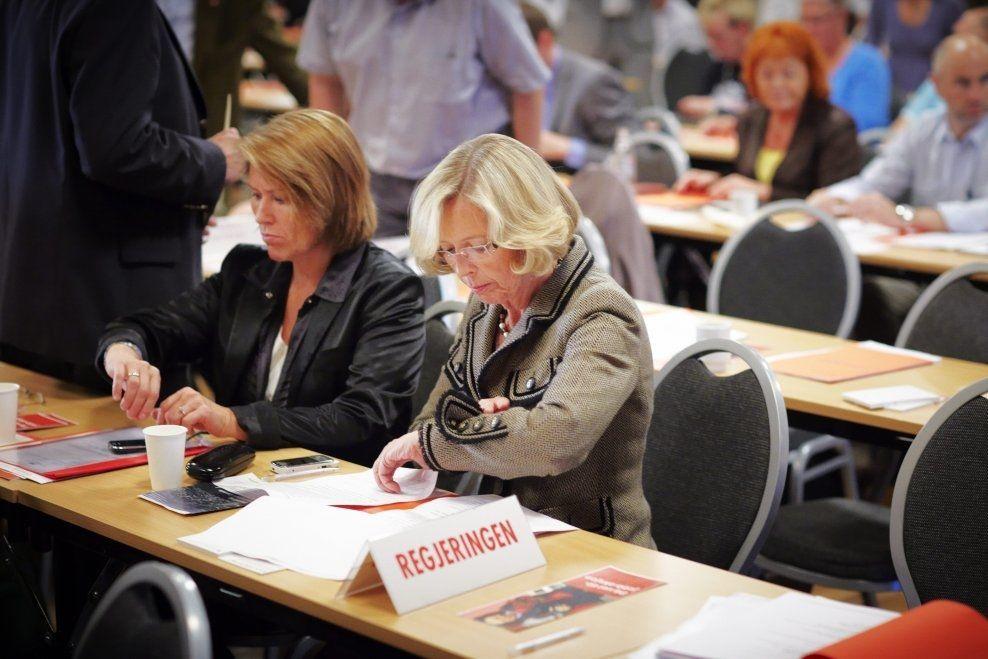 TOK EN SCHJØTT EN': Tidligere justisminister Grete Faremo og tidligere forsvarsminister Anne-Grete Strøm-Erichsen får gjennomgå i Frithjof Jacobsens kommentar. Her fra et landsmøte i Arbeiderpartiet i 2010. FOTO: TORE KRISTIANSEN / VG