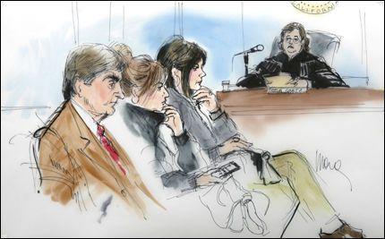 KRANGEL I RETTEN: Mandag ble det bestemt at James Spears (t.v.) fortsatt skal være verge for datteren. Moren til Britney Spears, Lynn (t.h.), var også til stedet under høringen. Foto: AP