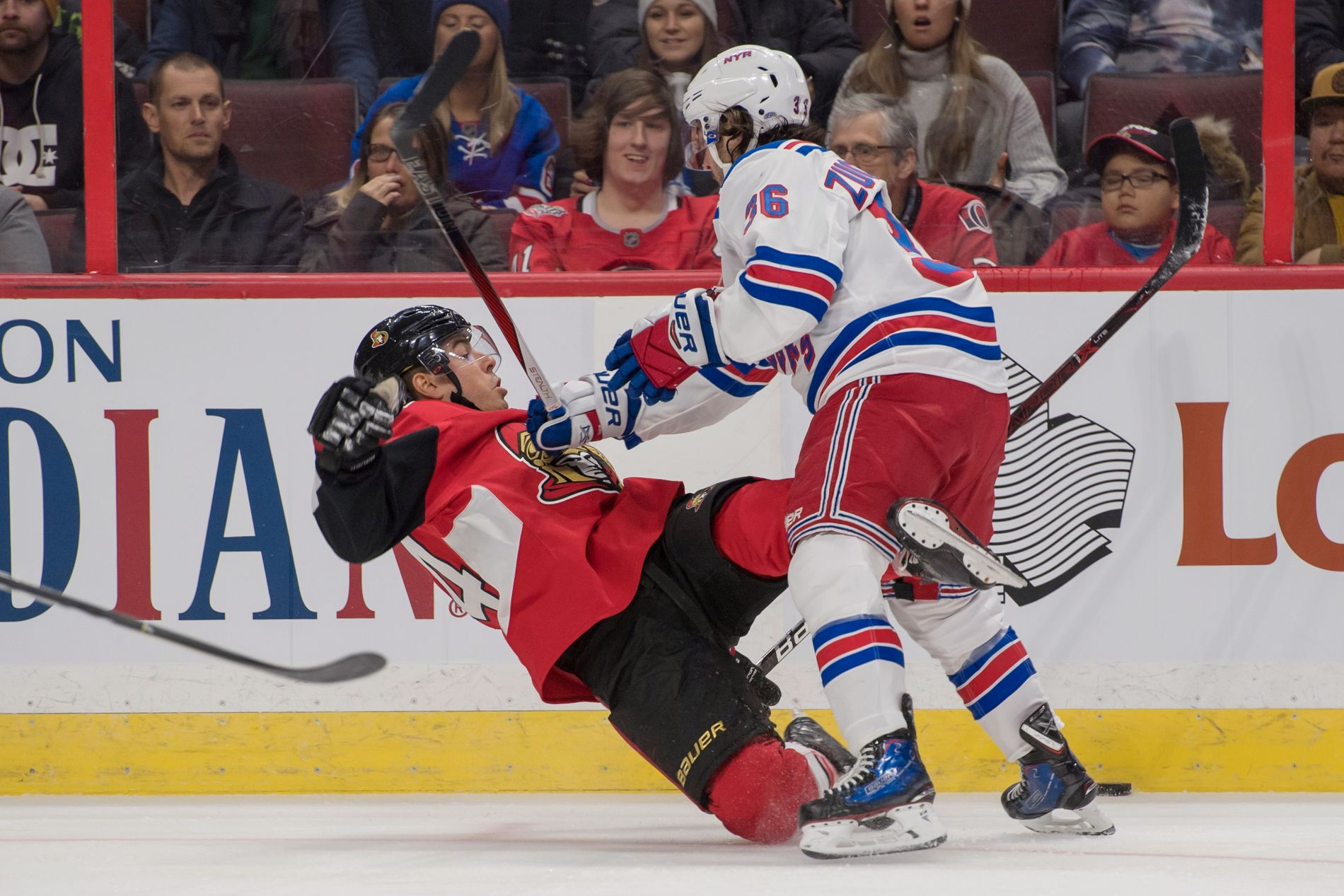GIKK I ISEN: Ottawa Senators' Jean-Gabriel Pageau klarte ikke å holde seg på beina da han ble dyttet av Mats Zuccarello i første periode.