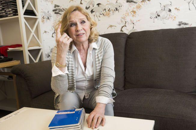 DAGBØKER: Liv Ullmann med dagbøker fra Ingmar Bergman. Foto: FRODE HANSEN, VG