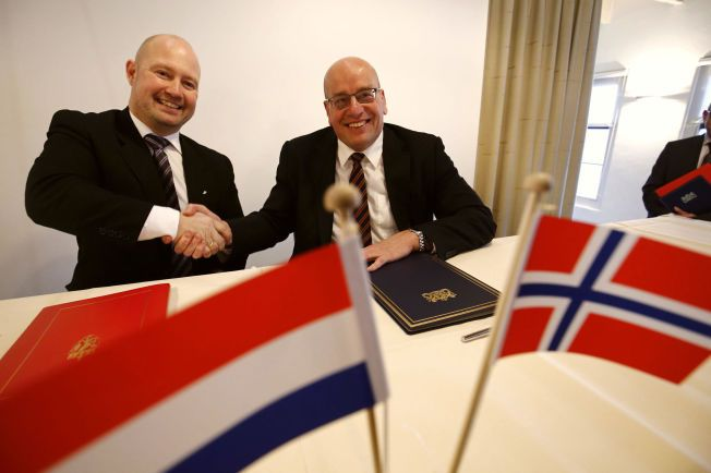 FANGENES STATSRÅD: Justisminister Anders Anundsen (til venstre) og Nederlands statssekretær innen justisområdet, Fred Teeven tok hverandre i hånden etter at avtalen om soning i Nederland var signert mandag.