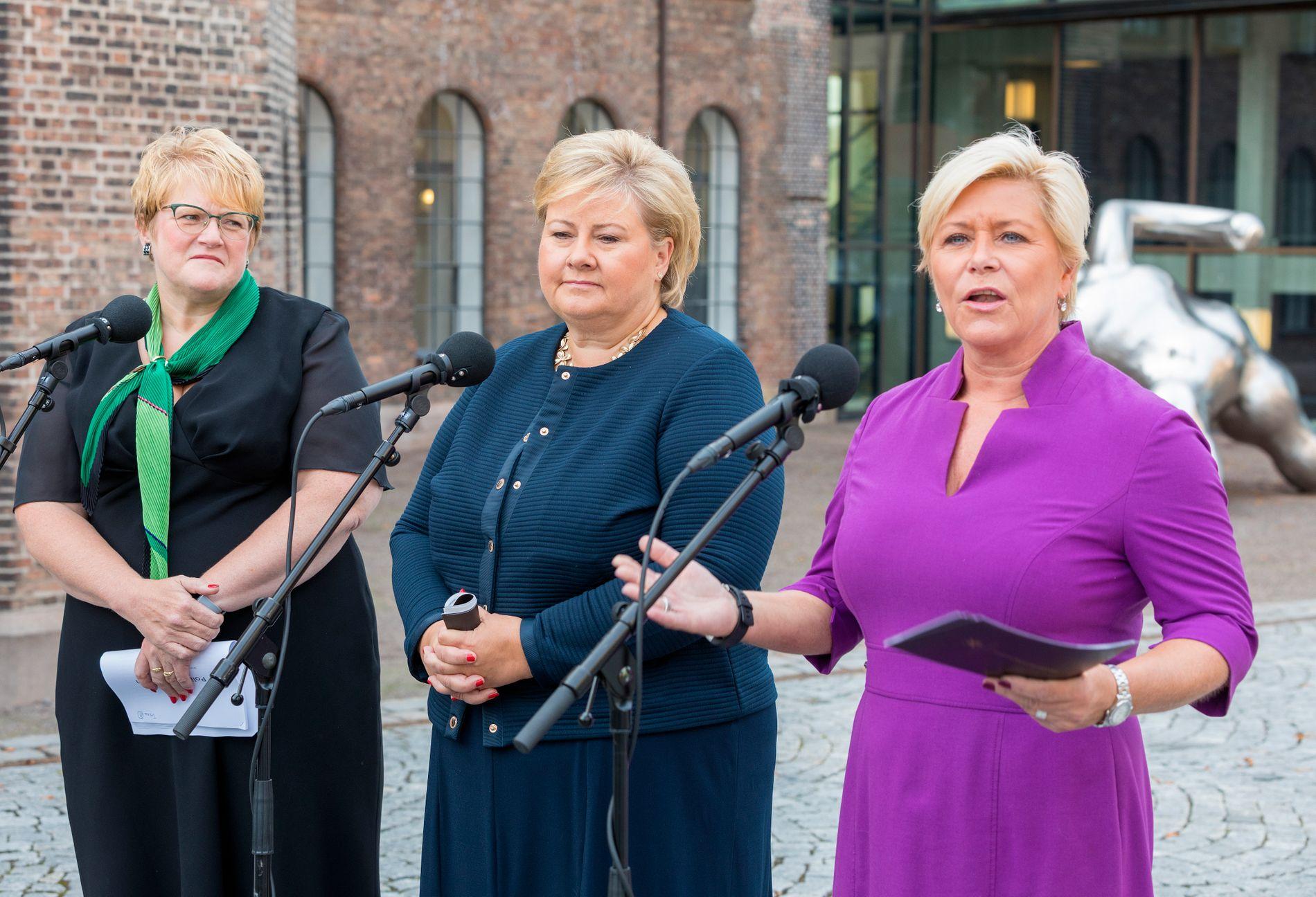 FORHANDLINGER: Partilederne Trine Skei Grande (V), Erna Solberg (H) og Siv Jensen (Frp) møtte pressen før de gikk inn i den siste runden med budsjettforhandlinger.