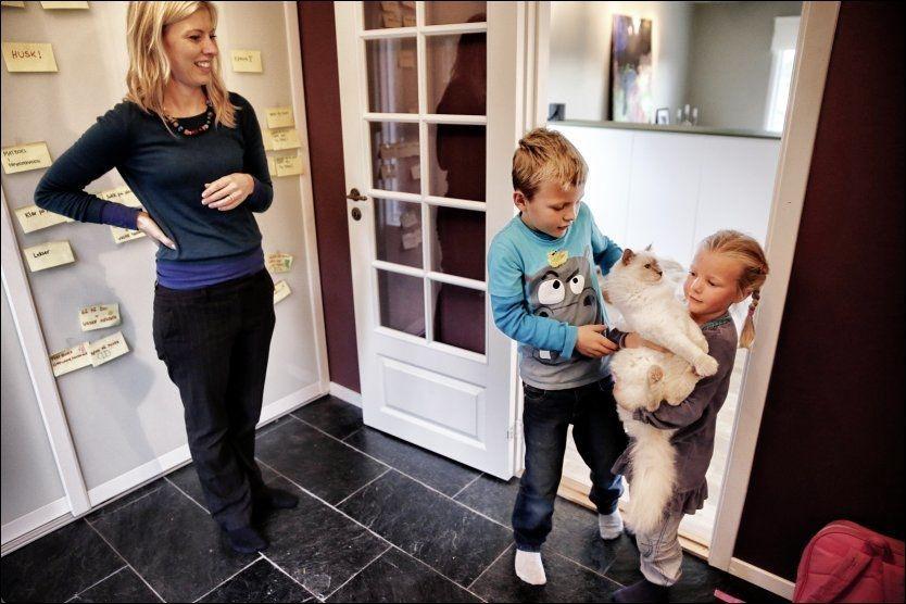 PRIORITERER: Karl-August og Eira Brunstad får ikke til felles middager med barna Trym (7)og Adele (4,5) i hverdagen, men har likevel mye kvalitetstid med barna, og katten Pusur. Foto: Mattis Sandblad