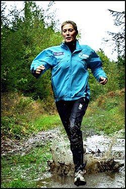 6ba4813d FULL FART: Hvis du skal løpe i ulendt terreng med vått underlag, er  offroad-sko å anbefale. Her er Hanne Øien under en treningsøkt i tøft  terreng i ...