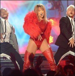 PÅ BILLBOARD AWARDS: En like drøy Jennifer Lopez. Foto: AFP