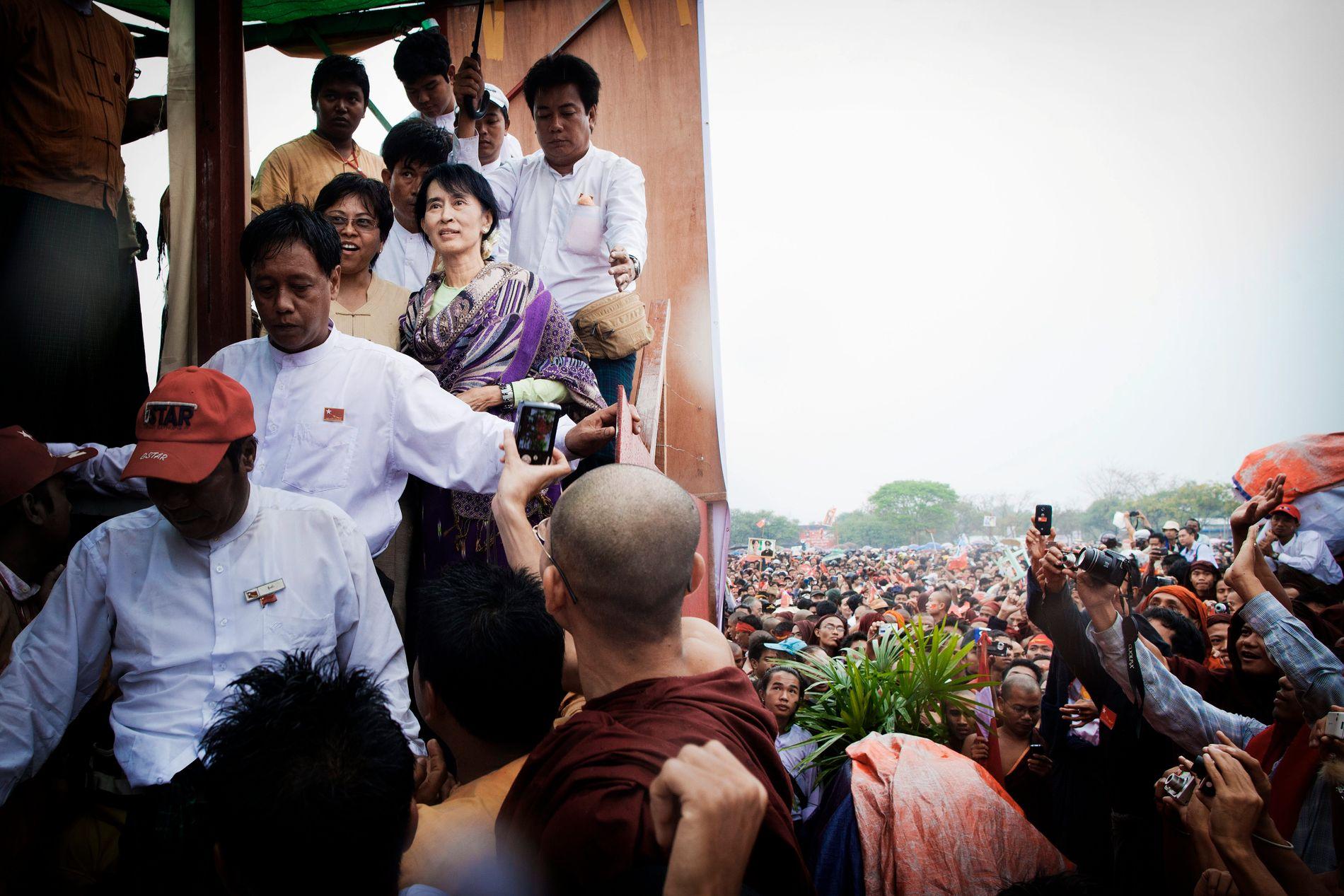 TAUS: Fredsprisvinner Aung San Suu Kyi er på vei ned fra talerstolen i byen Mandalay i Myanmar. I mars 2012 vant hun det første demokratiske valget i landet på 20 år. Valget ble sett på som en stor seier for de som kjemper for demokrati i Myanmar, og som et bevis på at landet var på vei i riktig retning etter flere tiår med undertrykking fra militrstyret. Nå får hun sterk kritikk for ikke å ta avstand fra regimets voldsbruk mot rohingya-folket.