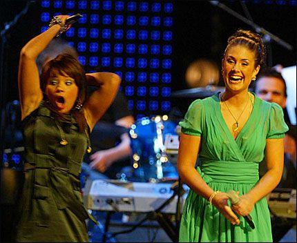 HER FALLER AVGJØRELSEN: Jorun Stiansens ansiktssuttrykk sier det meste om hva hun følte akkurat da hun fikk vite at hun vant Idol 2005. Tone Damli Aaberge tok nederlaget med fatning. Foto: PÅL R: HANSEN